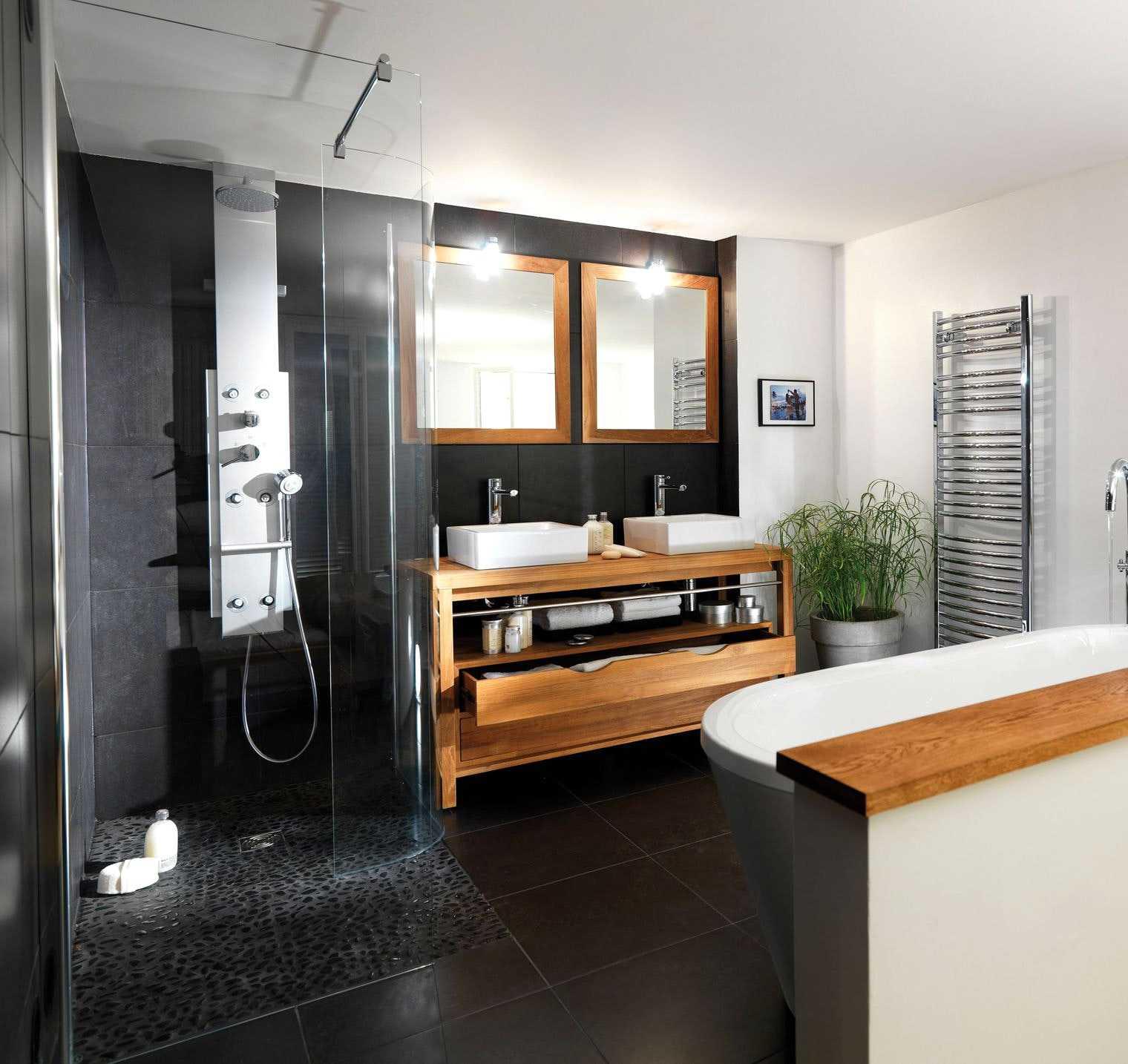 Charmant Salle De Bain Noir Blanc Bois Avec Les 2017 Et Salle De Bain Grise Et Noire  Des Photos